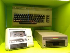 Commodore C64 mit Datasette & Floppy