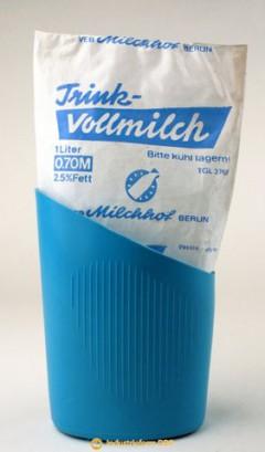 Milchtüte mit Haltebecher